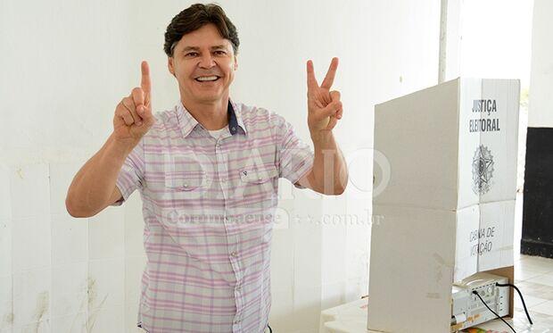 Candidato à reeleição em Corumbá, Paulo Duarte manifesta otimismo durante voto