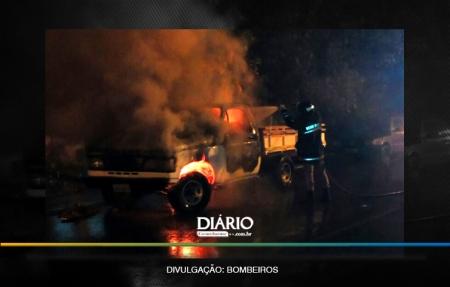 Proprietário deixa caminhonete estacionada na rua e veículo é incendiado