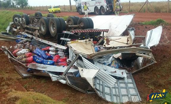 Irmãos ficam feridos após caminhão capotar na BR-163