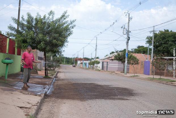 Prefeitura cascalha rua para disfarçar buracos e moradores reclamam do serviço