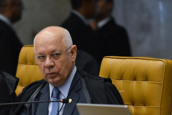 Teori critica jeitinho brasileiro e diz que isso facilita a desobediência