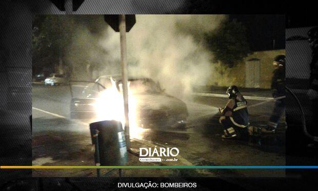 Em poucos minutos, fogo consome Monza por completo no centro de Corumbá