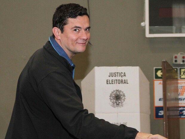 Recebido com aplausos, Moro vota em Curitiba
