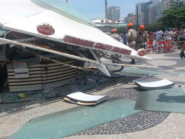 Estrutura de quiosque desaba e deixa seis feridos na Praia de Copacabana
