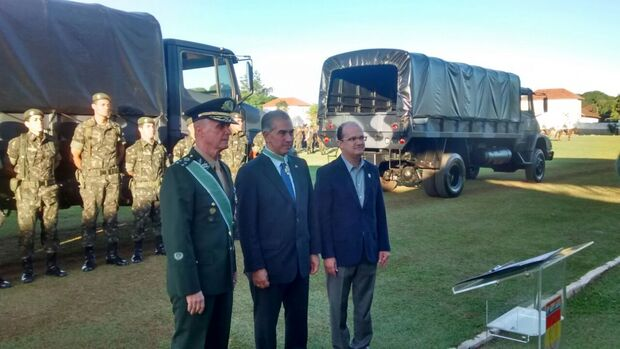 Ao receber honraria do Exército, Reinaldo Azambuja destaca presença federal na fronteira