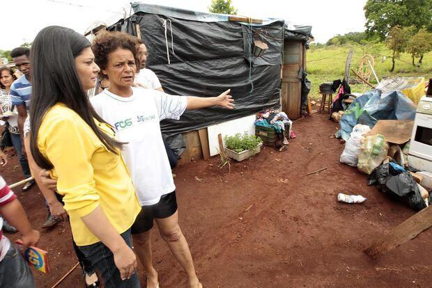 Rose visita Bom Retiro e diz que vai entregar casas prometidas por Bernal