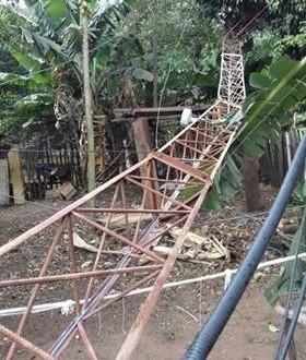 Cidades brasileira e paraguaia sofrem com vendaval e até torre de rádio é derrubada