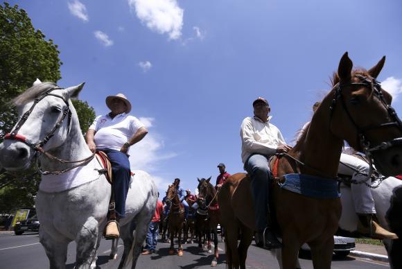 Vaqueiros protestam em Brasília contra proibição da vaquejada