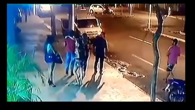 Vídeo: câmera de segurança mostra atirador baleando homem na saída de casa noturna