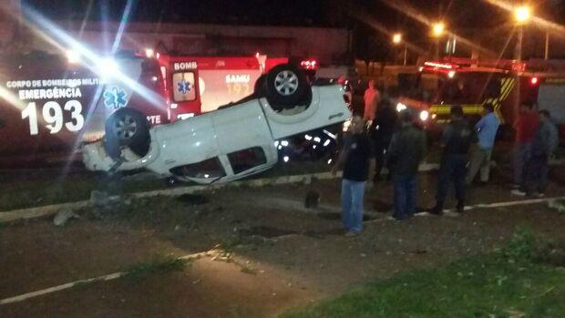 Condutor e passageiro se ferem após capotamento no centro de Dourados