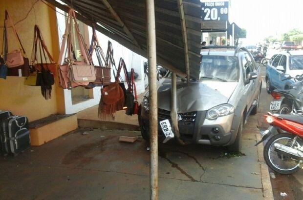 Veículo desgovernado atinge motocicletas e colide em loja de roupas