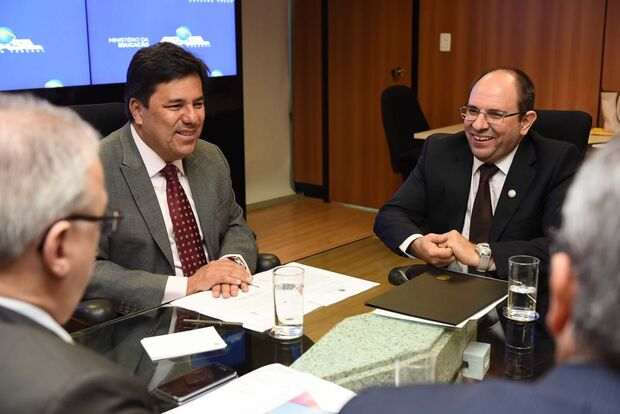 Com presença de ministro, Turine toma posse da reitoria da UFMS