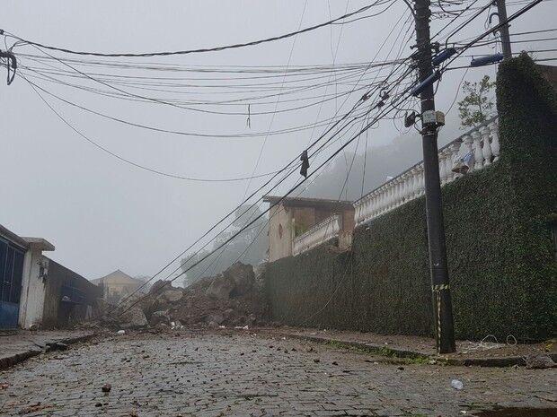 Deslizamento provocado pela chuva mata duas pessoas na região serrana do Rio