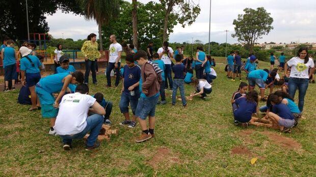 Parque Sóter ganha mais de 100 mudas de árvores frutíferas e crianças deixam mensagens de paz