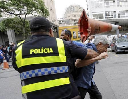 Jornalista Caco Barcellos é agredido durante manifestação de servidores na Alerj