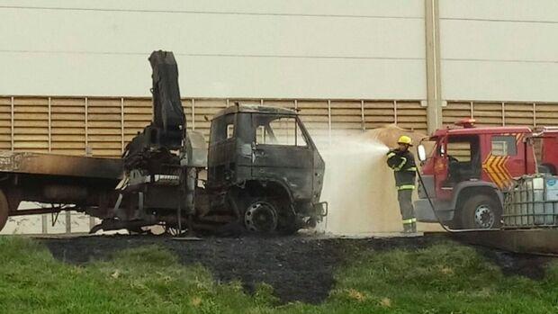 Durante carregamento de couro, caminhão é consumido por incêndio em frigorífico
