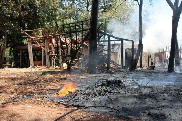 Incêndio de grandes proporções destroi barracão em Nova Andradina