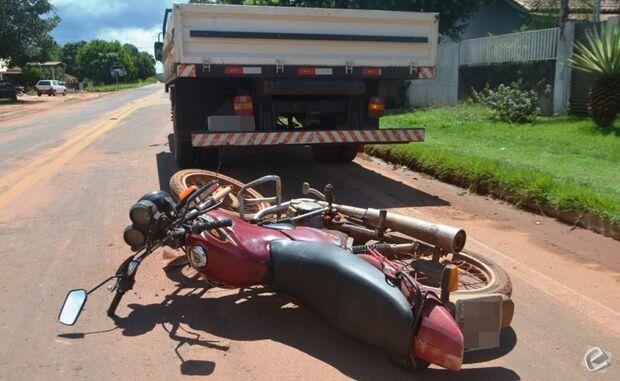 Motociclista fica ferido ao colidir em traseira de caminhonete na Silviolândia