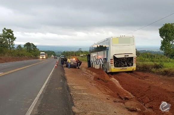Ônibus com 38 passageiros sai da pista após motorista perder o controle na BR-163