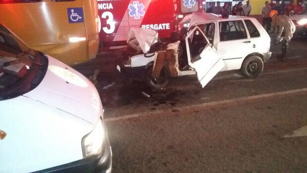 Uma pessoa morre e sete ficam feridas após colisão entre carro e ônibus