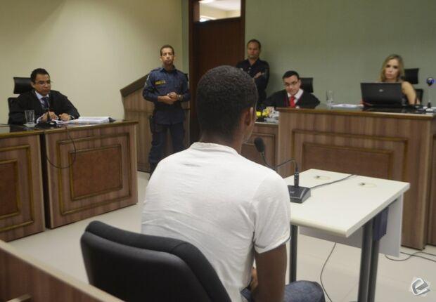 Homem que esfaqueou pessoa vai a júri popular e é considerado inocente