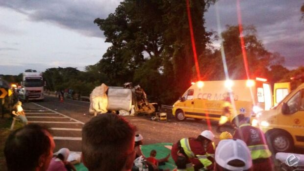 Duas pessoas morrem e 10 ficam feridas em colisão na BR-163
