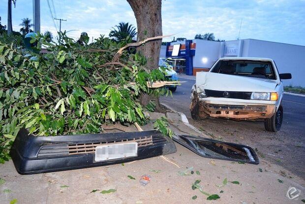 Motorista se distrai com celular e colide veículo contra duas árvores