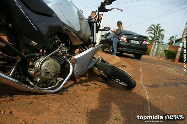 Motociclista fica desacordado após ser atingido por carro de passeio na Capital
