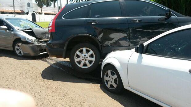 Após colisão, veículo atinge carro estacionado na Espírito Santo
