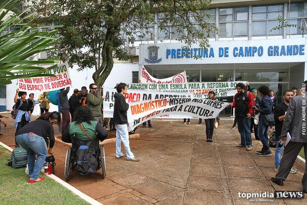 Bernal promete solução e manifestantes da Cultura esperam resposta na frente da prefeitura