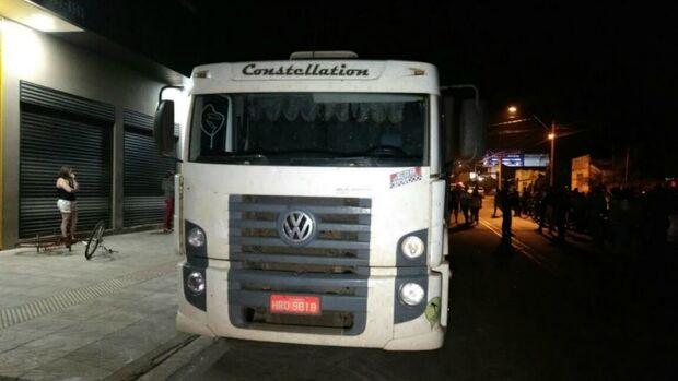 Homem morre após ficar com cabeça presa na carroceria de caminhão em Dourados