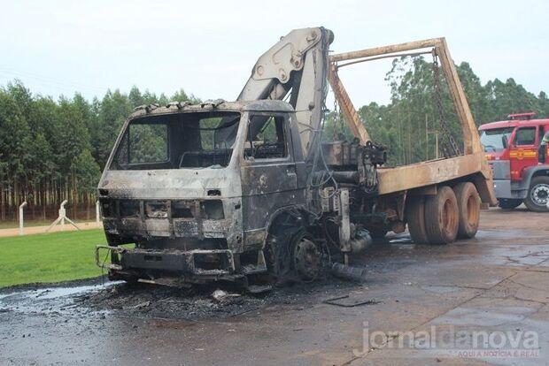 Caminhão carregado com couro pega fogo em pátio de frigorífico