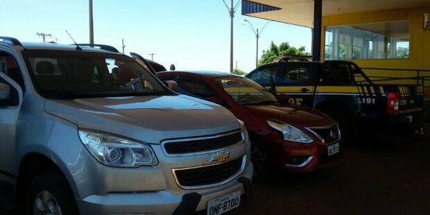 Após perseguição em rodovia e na cidade, PRF recupera caminhonete e carro roubados