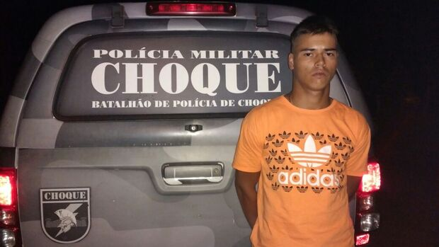 Com passagens por roubo e tentativa de homicídio, jovem é preso com moto furtada