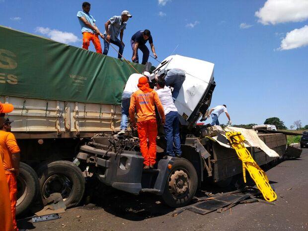 Colisão entre caminhões mata dois homens na BR-267