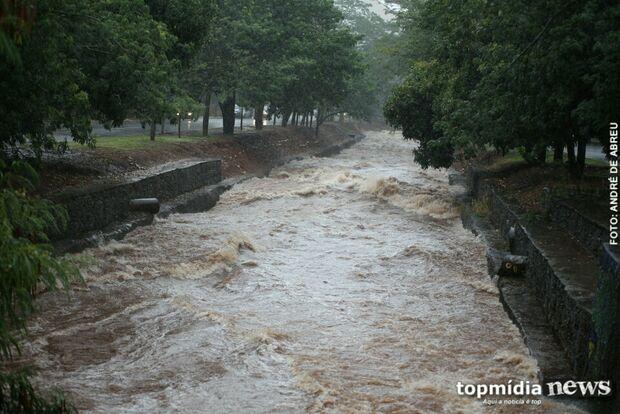 Em dia de chuva forte, córregos 'famosos' se tornam pontos fracos de Campo Grande