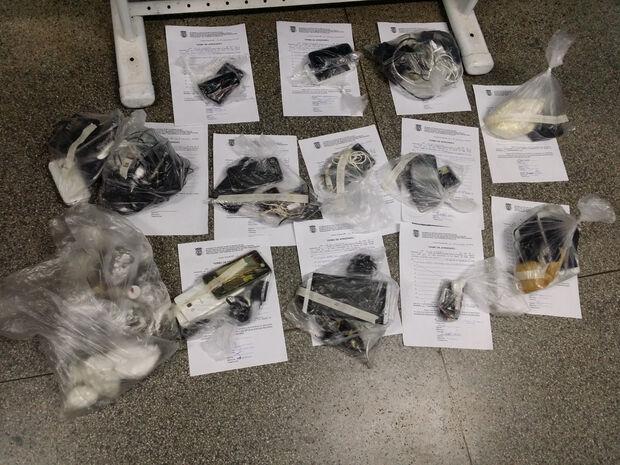 Em pavilhão de facção criminosa, agentes apreendem celulares, carregadores e  drogas na Máxima
