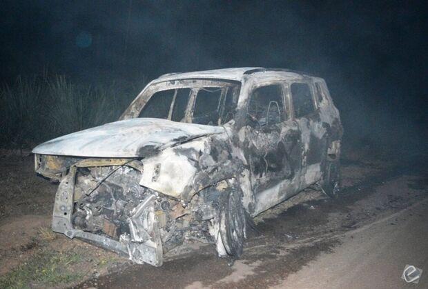 Família fica ferida após carro atropelar anta, capotar e pegar fogo na BR-163