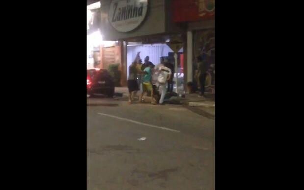 VÍDEO: suposto policial atira para cima e interrompe linchamento de catador em Coxim