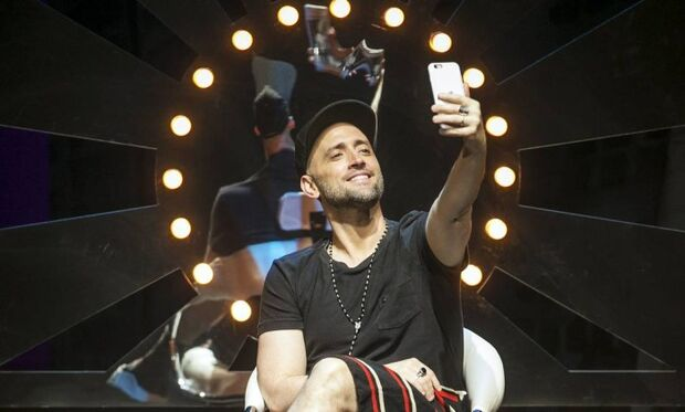 Paulo Gustavo estreia peça e rebate fofocas na web: 'Me acostumei'