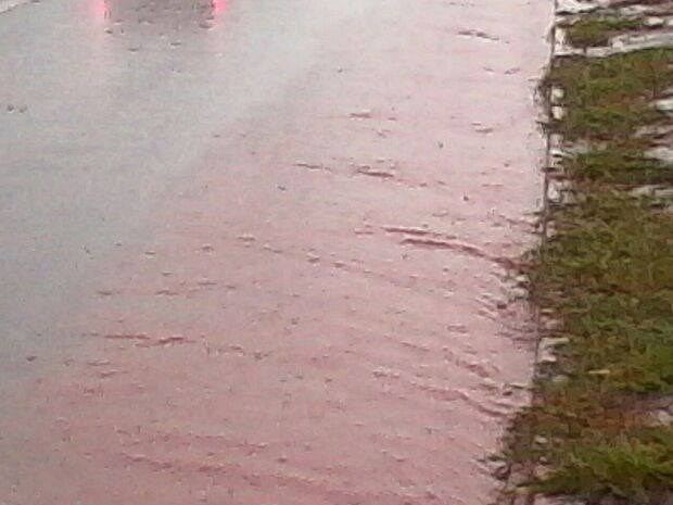 Chuva forte alaga Avenida Guaicurus e aumenta risco de acidentes na via, denuncia leitor