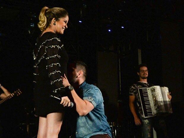 Maria Cecília e Rodolfo surpreendem fãs e anunciam gravidez durante show