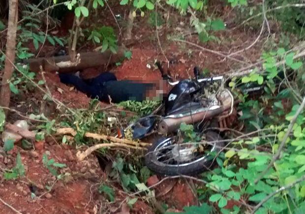 Motociclista perde controle em curva e morre ao cair ribanceira na MS-215