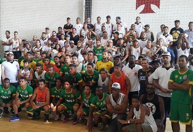 Antes do treino, torcedores têm papo com todo elenco do Vasco e Jorginho