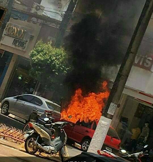 Veículos parados pegam fogo na região central de Dourados