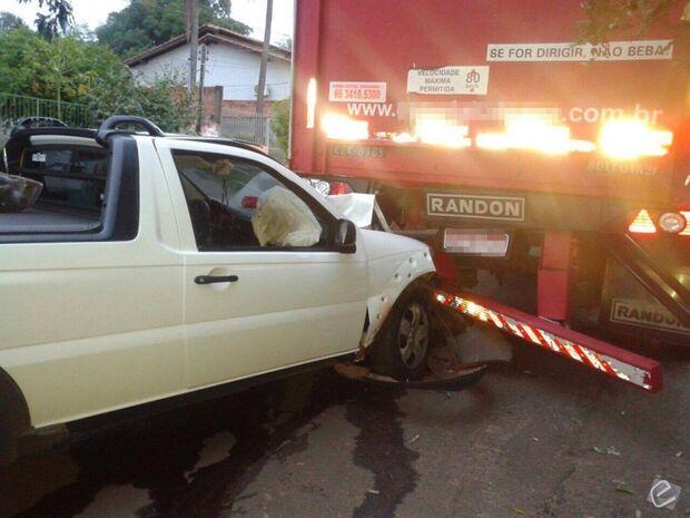 Condutor colide veículo contra caminhão estacionado