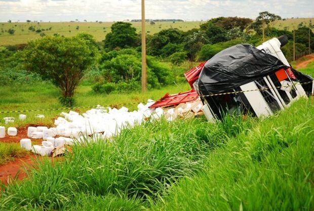 Carreta carregada com inseticidas tomba e contamina solo e rio em MS