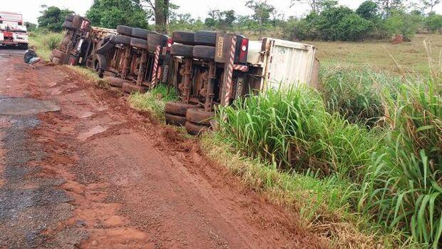 Motorista estaciona carreta para urinar veículo acaba tombando na rodovia
