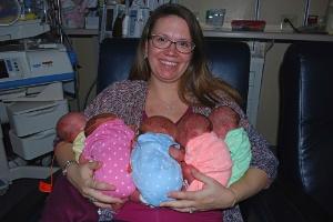 Mulher dá à luz quíntuplos com ajuda de 24 profissionais