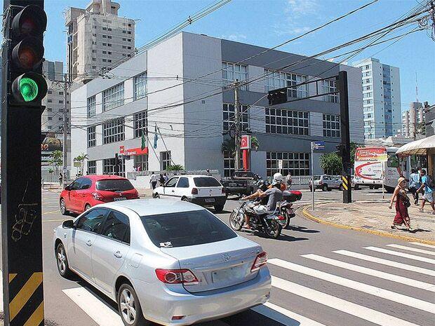Bernal sanciona lei que deixa semáforos em alerta durante a madrugada na Capital